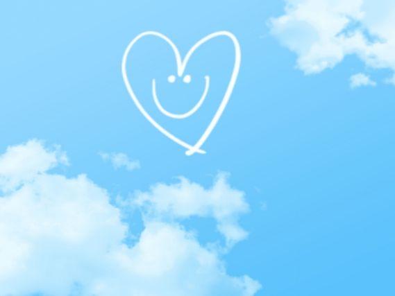 青空に浮かぶ笑顔のハート